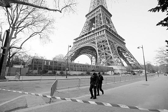 巴黎警方随后在埃菲尔铁塔脚下发现一可疑包裹